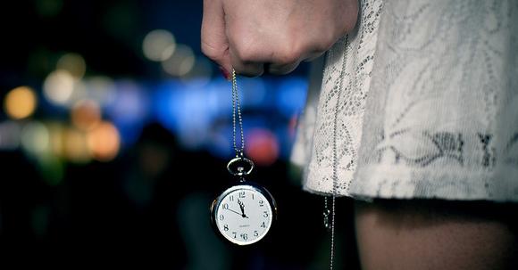 時計を持った手