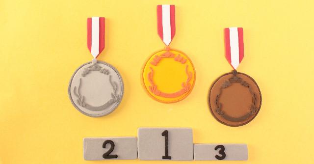 表彰台と金銀銅メダル