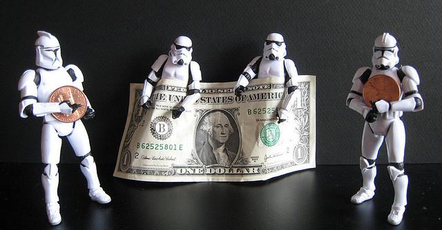 お金を手に持っているフィギュア
