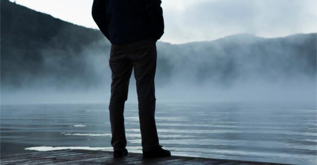 湖畔にたたずむ人