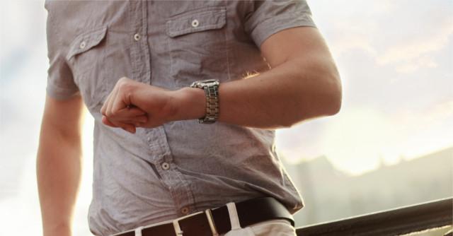 腕時計を見て時間を確認している男性