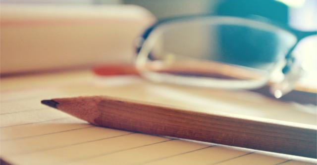机の上のメモパッドと鉛筆