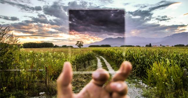 手に持った小さなガラス越しに見る景色