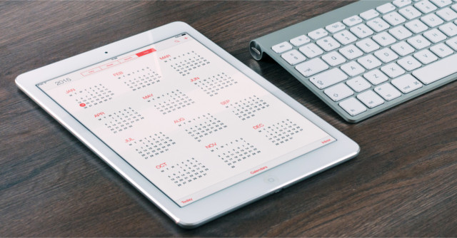 ipadに表示されたカレンダーとキーボード