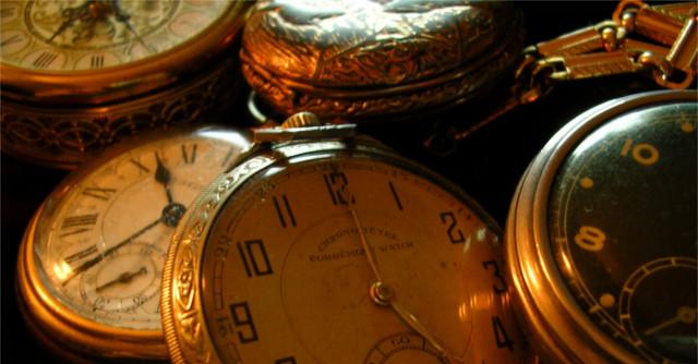 さまざまな時間を示す複数の懐中時計