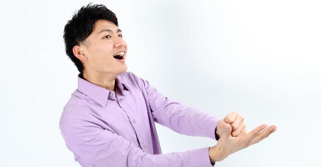 ひらめいて手を打つ男性