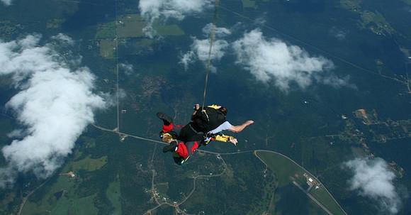 スカイダイビングでパラシュートが開く前の人